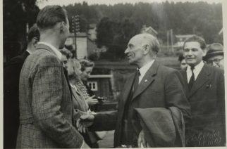Martin Tranmæl blir 70 år og får blomster av Hommelviklaget. Martin Nilsen tar ham i hånden.
