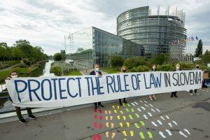 Predsednika vlade ob prihodu v Evropski parlament v Strasbourgu pričakalo presenečenje